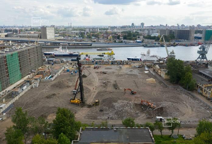Продолжаются работы по организации строительной площадки.