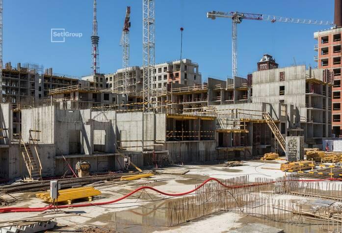 Ведутся работы по армированию и бетонированию стен и перекрытий: