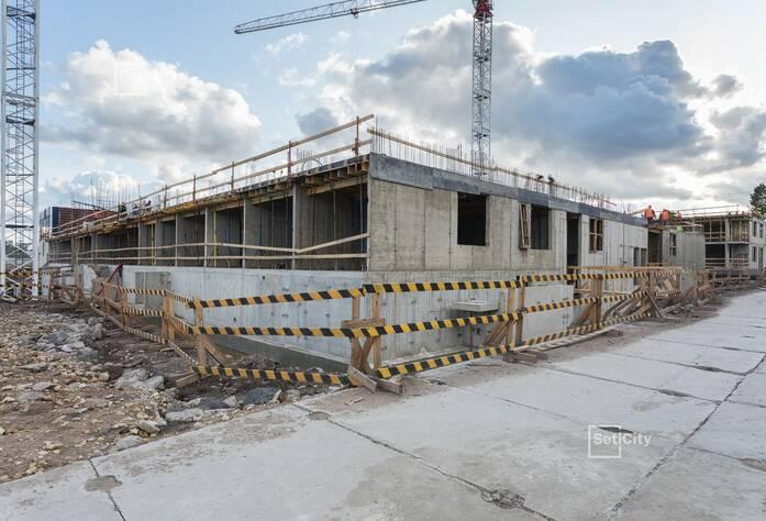 Ведутся работы по возведению стен 3-го этажа секции 2.