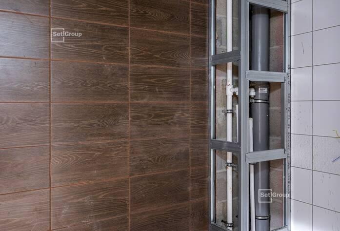 Ведутся работы по монтажу входных дверей, выполнено 80%.