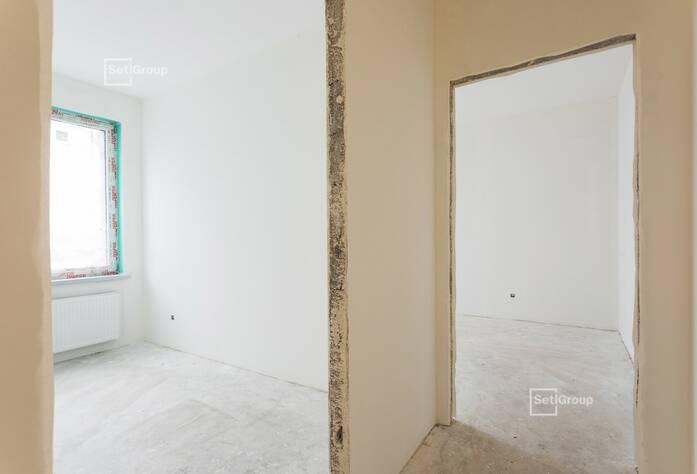 Ведутся работы по оклейке стен апартаментов обоями на уровне 4 этажа.