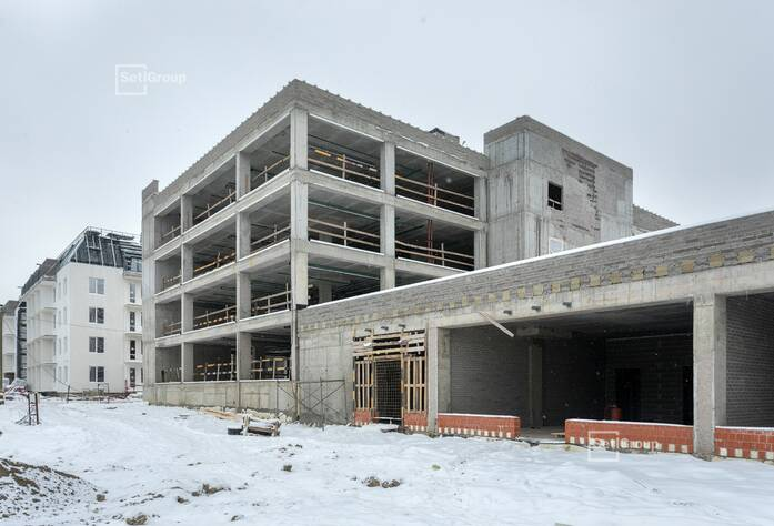 Ведутся работы по устройству фасадов с балконов и лесов.