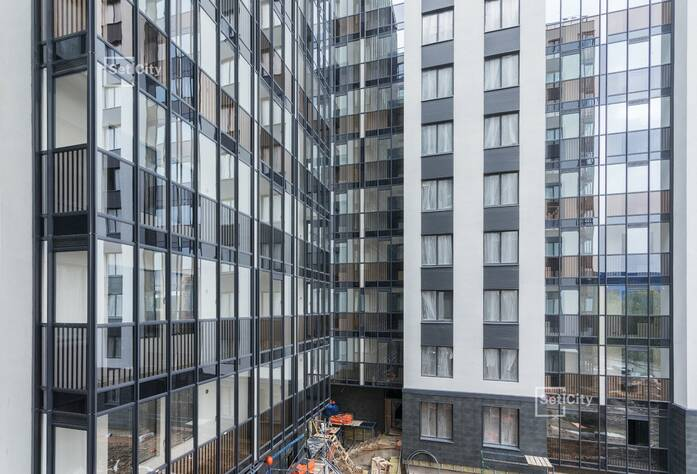 Ведутся работы по монтажу вентилируемого фасада, готовность 95%.