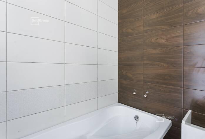 Производятся работы по укладке плитки в с/у квартир на уровне 9-12 этажей.