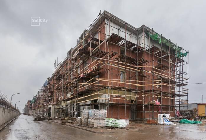 Завершены работы по оштукатуриванию стен и потолков в МОП и квартирах.