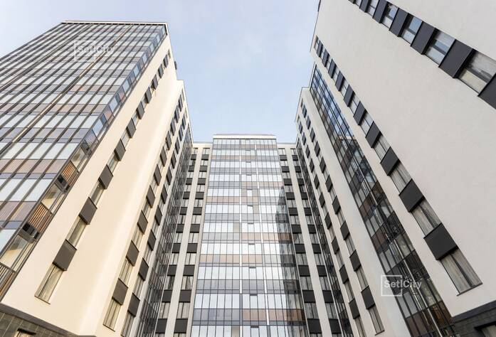 Выполнены работы по монтажу радиаторов, коллекторов и труб отопления в стяжке полов на уровне 12 этажа.