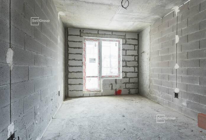 Осуществляются работы по монтажу инженерных коммуникаций в подвале, выполнено 82%.