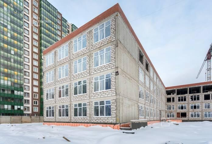 Выполняются работы по устройству монолитных конструкций надземной части здания 3 и 4 блоков на уровне кровли, готовность 50%.