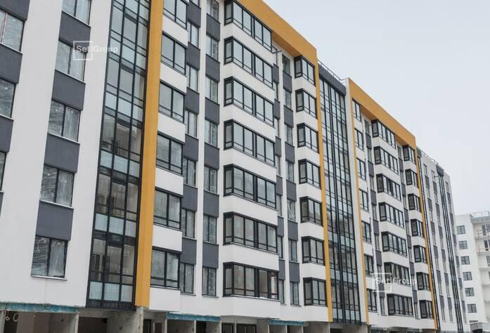 Ведутся работы по укладке плитки в с/у квартир, готовность 75%.