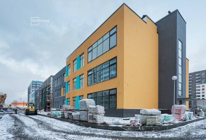 Завершаются работы по устройству цокольной части фасада.