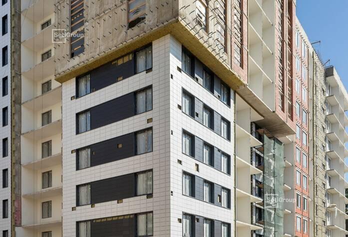 Выполнен линейный монтаж систем электроснабжения и слаботочных сетей в квартирах и МОП.