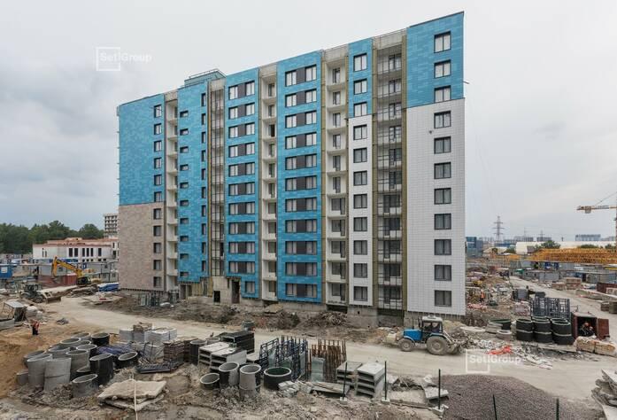 Завершаются работы по устройству керамогранита вентилируемого фасада, готовность 90%.