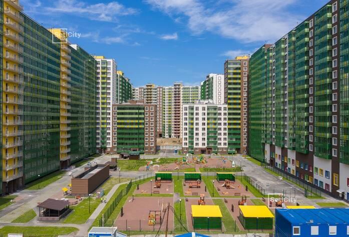 Произведен монтаж оконных откосов и подоконников в квартирах.