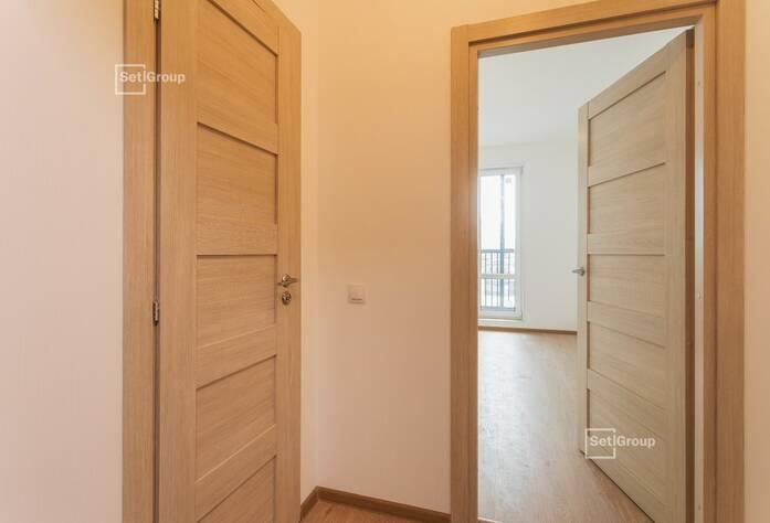 Осуществляются работы по укладке плитки в с/у квартир на уровне 12 этажа.