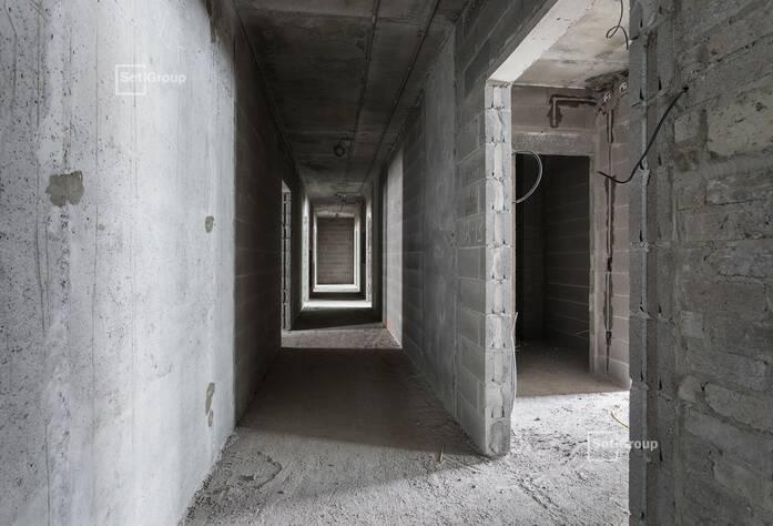 Продолжаются работы по монтажу инженерных коммуникаций в подвале.