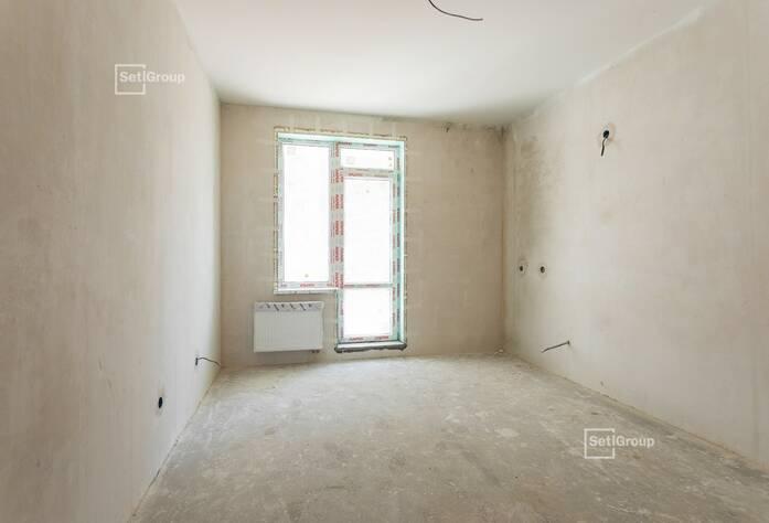 Выполняются работы по устройству цементно-песчаных стяжек в квартирах и МОП на уровне 1 этажа.