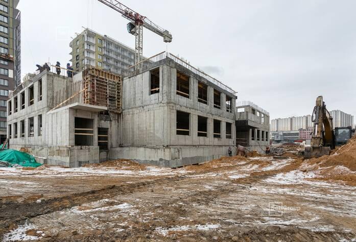Выполняются работы по устройству армирования стен и перекрытий на уровне 3 этажа.