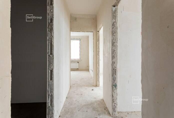 Завершены работы по устройству стяжек полов в квартирах и МОП.