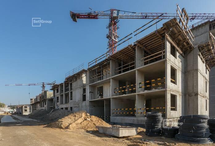 Завершается гидроизоляция наружных стен конструкций ниже уровня земли, готовность 93%.