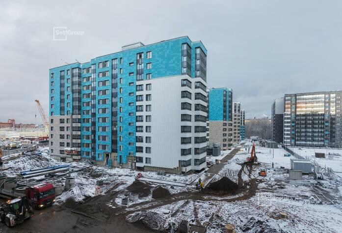 Завершаются работы по устройству керамогранита вентилируемого фасада, готовность 99%.