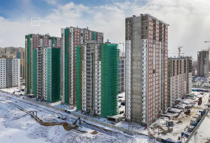 Производится комплекс работ по устройству фасадов с балконов и лесов.
