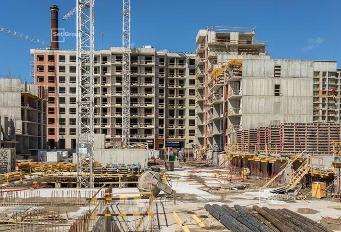 Завершаются работы по армированию и бетонированию стен 6 и 7 секций на уровне 1 этажа, выполнено 90%.