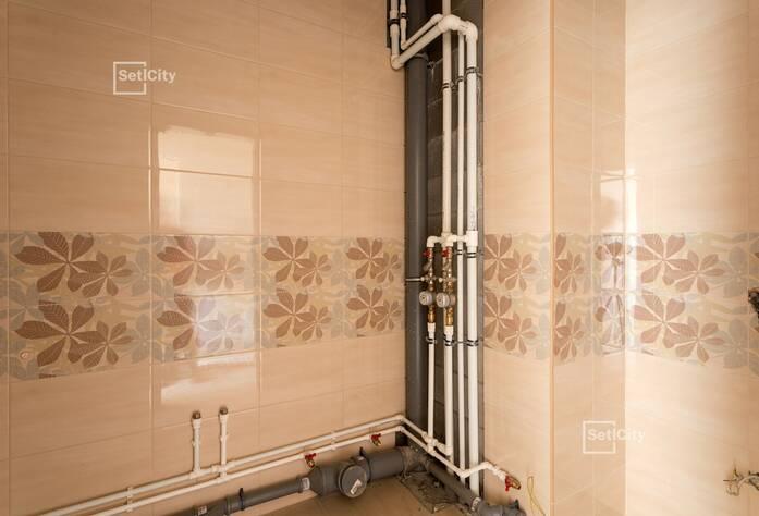 На 90% выполнены работы по горизонтальной разводке систем водоснабжения, канализации, отопления и вентиляции в подвале.