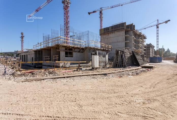 Осуществляется гидроизоляция наружных стен конструкций ниже уровня земли, выполнено 70%.