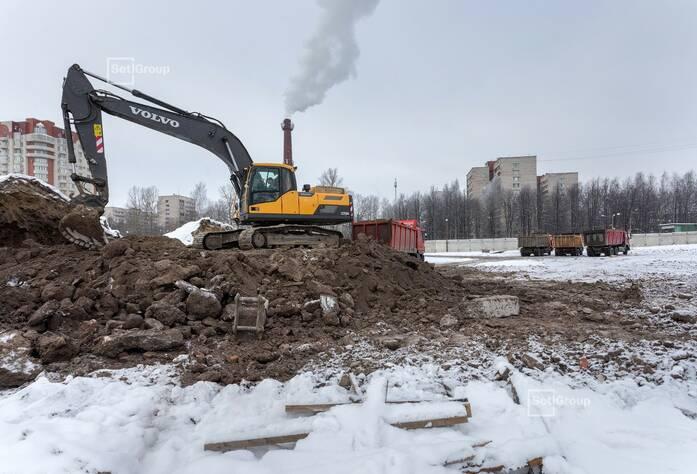 Продолжаются работы по расчистке строительной площадки.