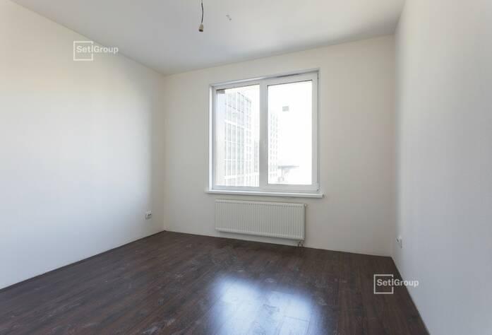Ведутся работы по монтажу натяжных потолков в с/у квартир на уровне 10-12 этажей.
