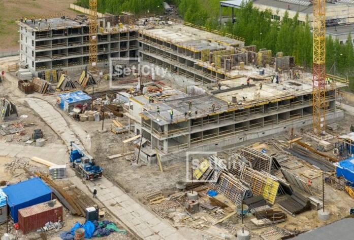 Производятся работы по устройство монолитного каркаса здания на уровне 3-5 этажей.