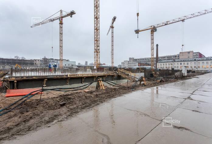 Выполняются работы по армированию и бетонированию стен цокольного этажа, готовность 80%.
