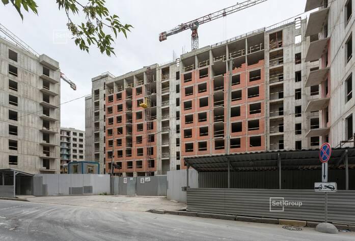Ведутся работы по армированию и бетонированию стен и плит перекрытий 1-4 секций на уровне 9 этажа.