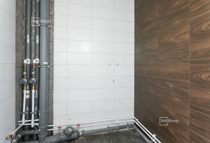 Производятся работы по укладке плитки в с/у квартир на уровне 9 и 12 этажей.