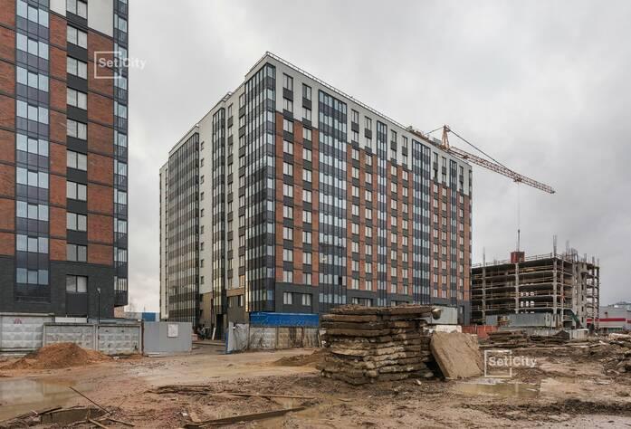 Осуществляются работы по устройству плитки в с/у квартир на уровне 7-10 этажей.