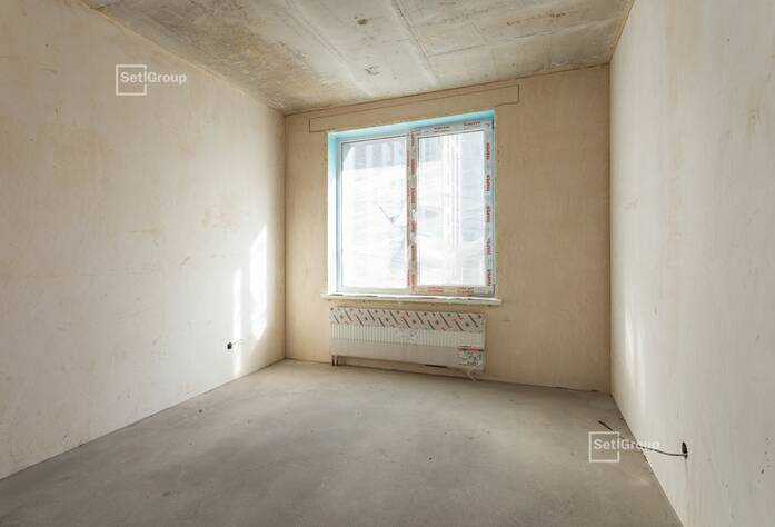 Ведутся работы по нанесению штукатурки на стены в квартирах и МОП на уровне 11 и 12 этажей.