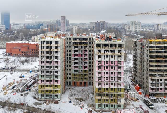 Выполняются работы по устройству каменной кладки наружных стен и перегородок на уровне 11-12 этажей.