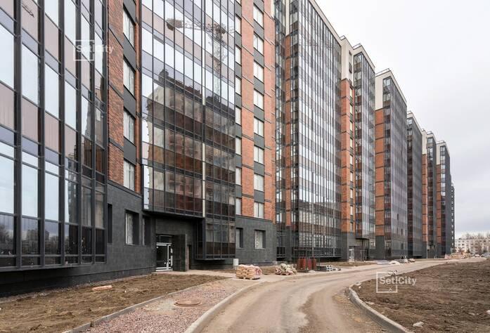 Ведутся работы по устройству плитки в с/у квартир на уровне 1 этажа.