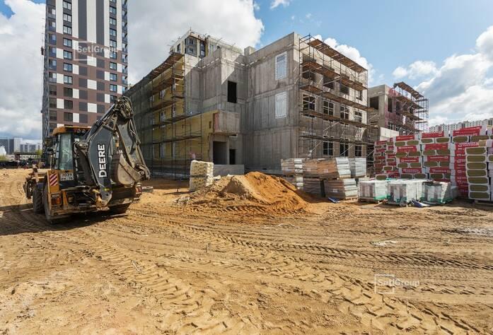 Ведутся работы по устройству кирпичной кладки на уровне 2 и 3 этажей.