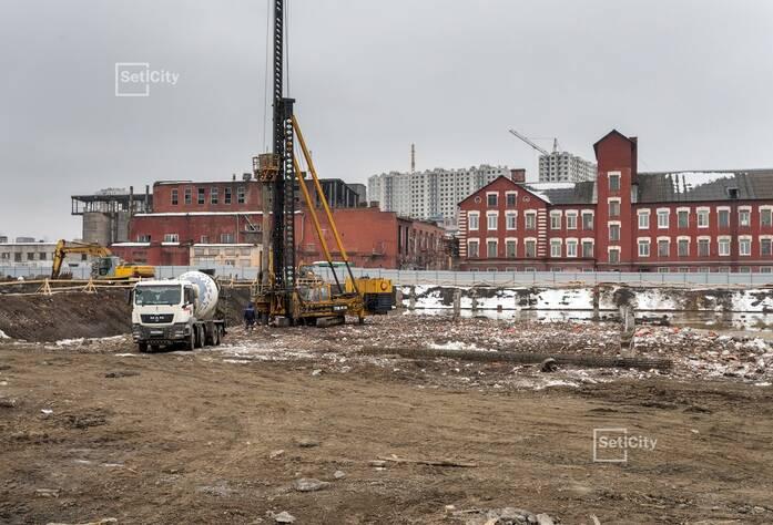 Продолжаются работы по откопке котлована.