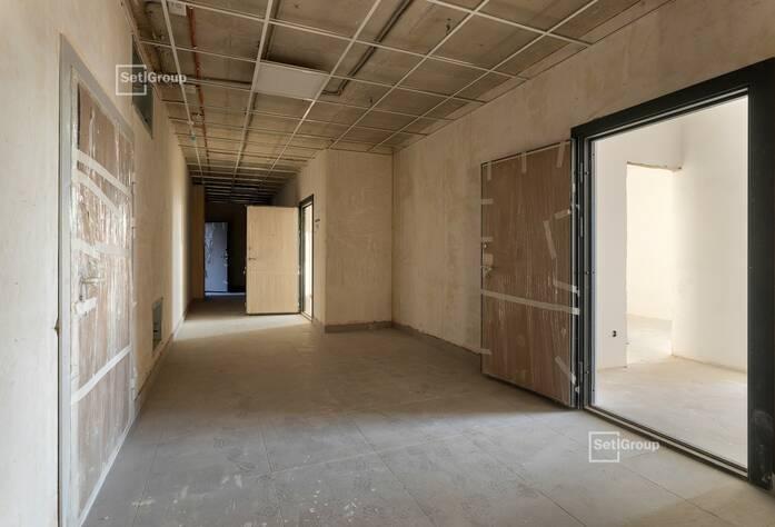 Выполняются работы по укладке плитки в с/у квартир на уровне 10-12 этажей.