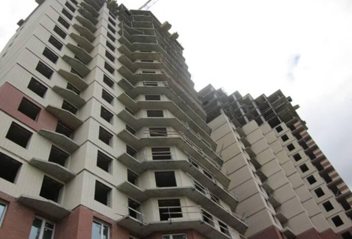 ЖК «Звездный». Корпус 3-2, секция Б: монолитные работы на 19-м этаже. Кирпичная кладка на 17-м этаже. Установлены окна на 2, 3, 4 этажах. Установка лестничных пролетов, вентиляционных и лифтовых шахт<