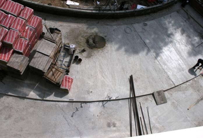 <p>Выполнена бетонная стяжка внутреннего двора</p>