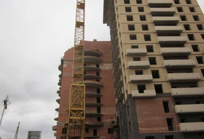 <p>Корпус 1Б: Кирпич &ndash; ведутся работы на крыше, выполняется кладка межкомнатных перегородок на 5,6 этажах</p>