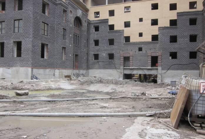 <p>В районе корпусов 1Е, 1Д залита стена паркинга</p>